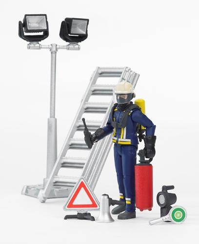 Фигурка пожарного Bruder 107 мм с аксессуарами (1)